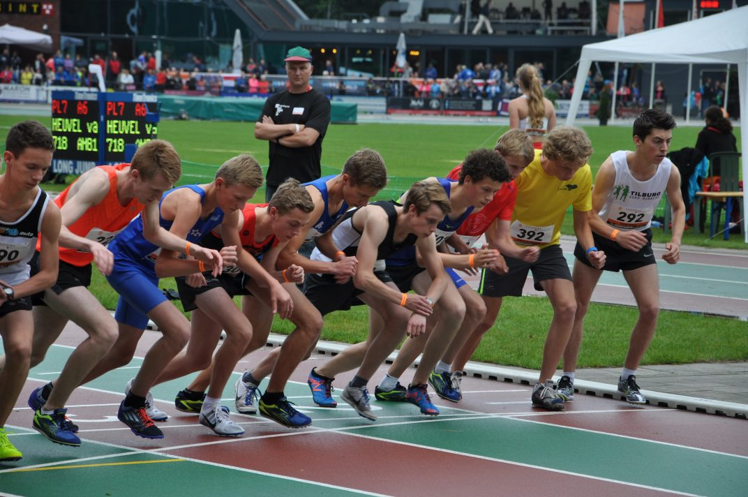 Robin Klamer op NK junioren 3000 meter 2016 (start)