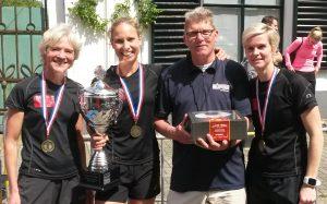 Trainer Herman Moelard met het winnende damesteam 1 bij de Kastelenloop 2017